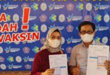 Pimpinan Bank BRI Cabang Marisa, Abdul Muis sedang menunjukkan form bukyi bahwa dirinya telah di vaksinasi, (Foto : Istimewa)